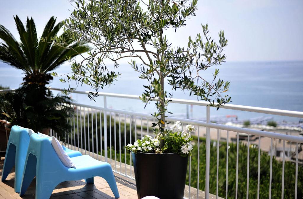 Terrazza panoramica con vista mare, attrezzata per relax - HOTEL TIGULLIO.